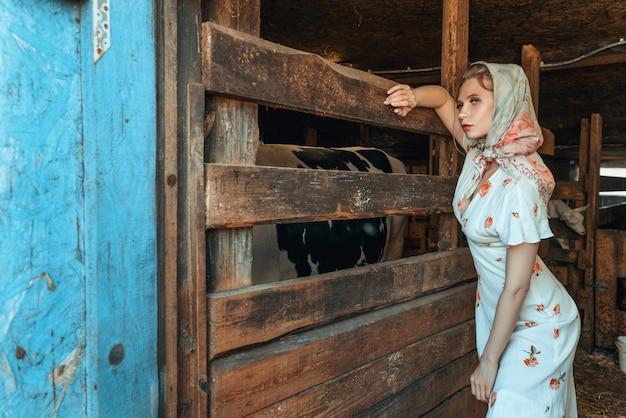 Modefrau in der scheune, auf dem bauernhof