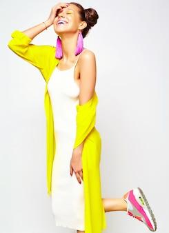 Modefrau in lässiger sommerkleidung