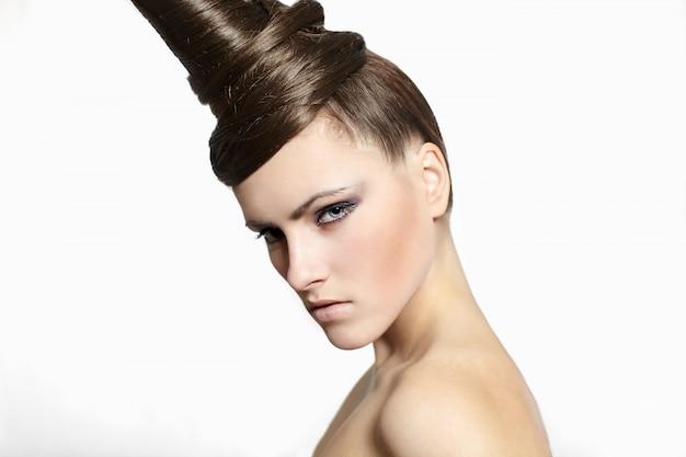 Modefrau mit dem merkwürdigen haarkleidhellen make-up lokalisiert auf weiß