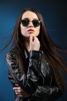 Modefrau mit langen haaren, die lederjacke tragen