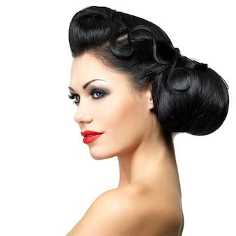 Modefrau mit schönheitsfrisur und rotem lippenstift