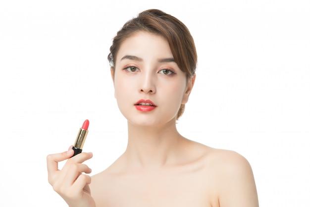 Modefrauenhand, die lippenpflege hält