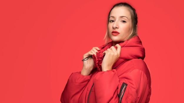 Modehaltung der jungen frau