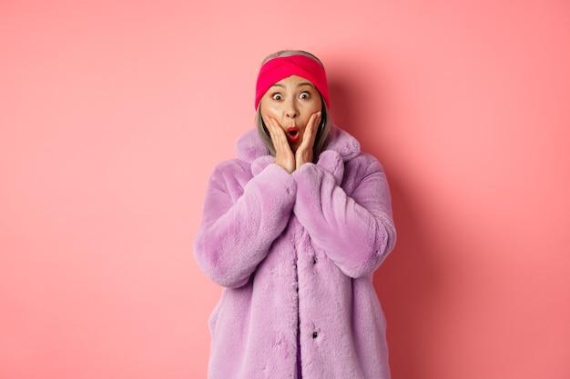 Modekonzept. trendy alte asiatische frau, die überrascht schaut