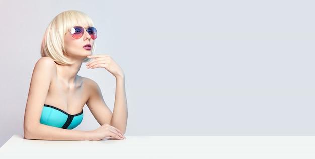 Modekunst-porträtfrau im badeanzugmake-up