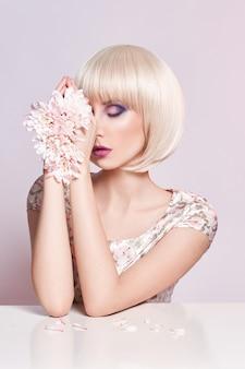 Modekunst-porträtfrau im sommerkleid