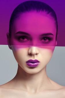 Modekunstfoto. pure perfekte haut und natürliches make-up, hautpflege, naturkosmetik. lange wimpern und große augen. schöne attraktive nackte frau. natürliches make-up im gesicht eines mädchens