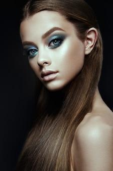 Model frau mit fantasie schminken. langes blasendes braunes haar.