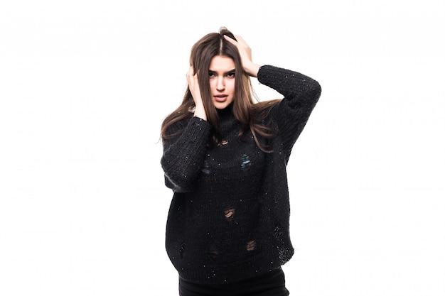 Model im dunklen pullover auf weiß im studio