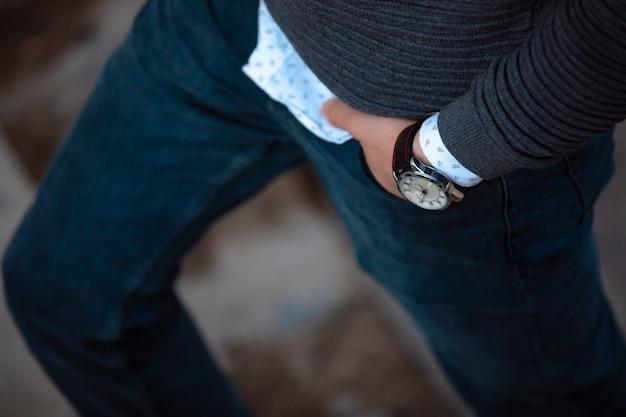 Model in blue jeans und schmuckuhren