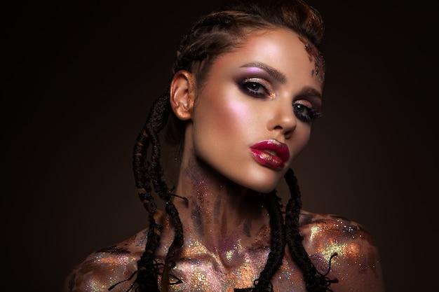 Model mit hellem make-up und buntem glitzer
