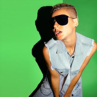 Model mit kurzen haaren und stylischer sonnenbrille denim-trend