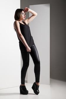 Model mit lederhose posiert