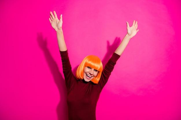 Model posiert mit orange perücke