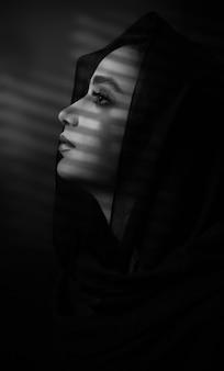 Model trägt schwarzen hijab