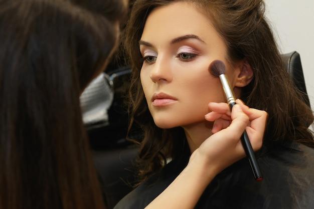 Model und maskenbildner