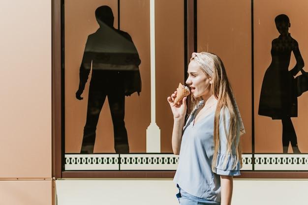 Modelebensstilporträt im freien des modischen mädchens
