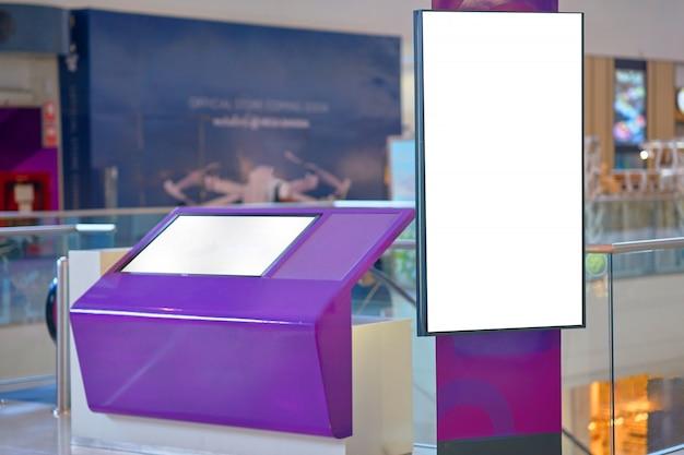 Modell an bord und plakatwand im mall