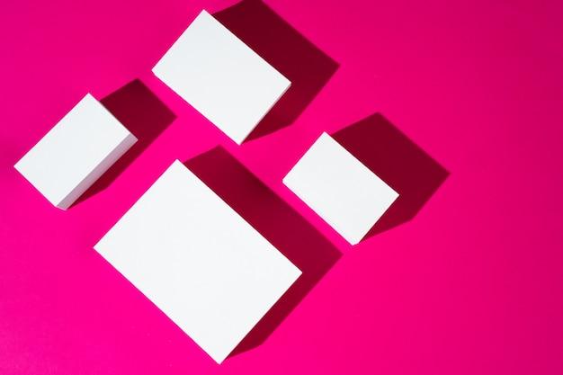 Modell auf rosa hintergrund. visitenkarten mit kopierplatz