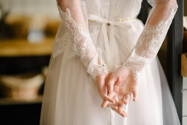 Modell brünette in kurzen haaren posiert in einem weißen hochzeitskleid