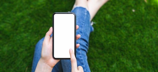 Modell der frauenhand, die smartphone hält und leeren bildschirm berührt.