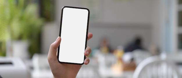 Modell der hände, die smartphone halten