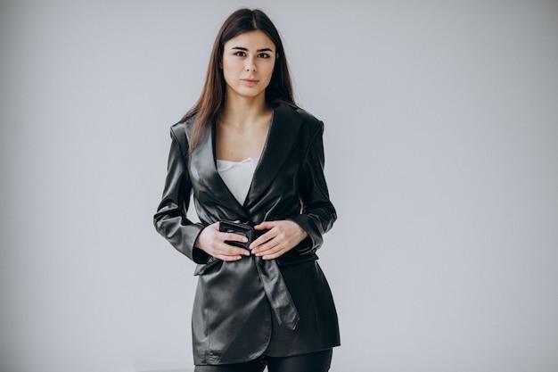 Modell der jungen frau, die lederjacke trägt