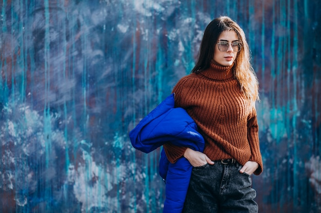 Modell der jungen frau in der blauen winterjacke