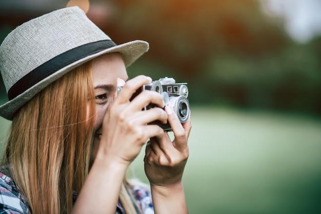 Modell der jungen frau mit retro- filmkamera
