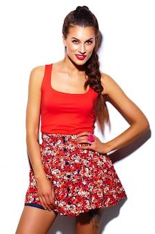Modell der stilvollen schönen jungen frau des zaubers mit den roten lippen im hellen bunten hippie-stoff des sommers