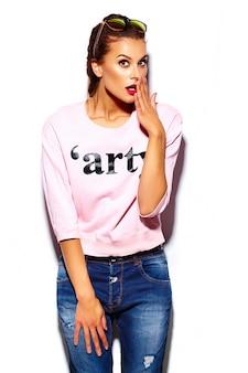 Modell der stilvollen schönen jungen frau des zaubers mit den roten lippen im rosa strickjackenhippie-stoff