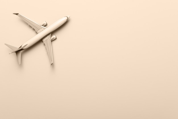 Modell des flugzeugs, flugzeug auf gelbem hintergrund. flaches lay-design. reise, urlaubskonzept