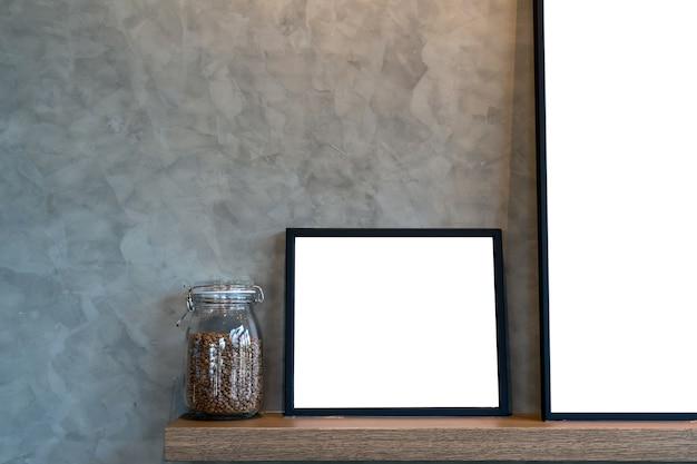Modell des fotorahmens und des kaffees im glasgefäß über den hölzernen regalen