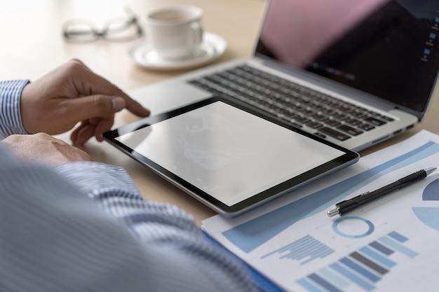 Modell des geschäftsmannes, der laptopbildschirm für ihre werbetextnachricht verwendet