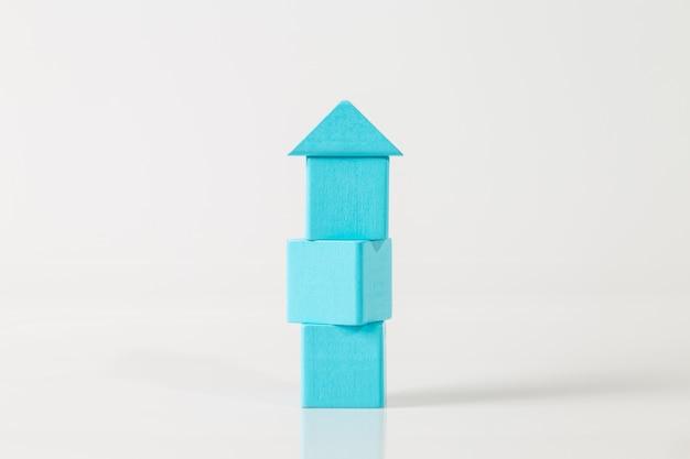 Modell des holzhauses (immobilien) auf weißem hintergrund