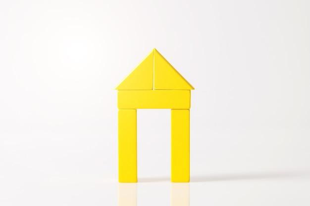Modell des holzhauses (immobilien) auf weißem raum