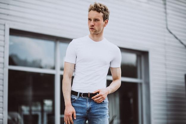 Modell des jungen mannes, das in der straße aufwirft