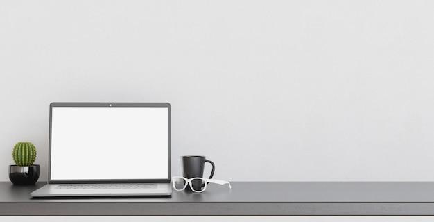 Modell des laptops auf dem schreibtisch mit kaffeetasse und gläsern. platz für text und design. 3d-rendering