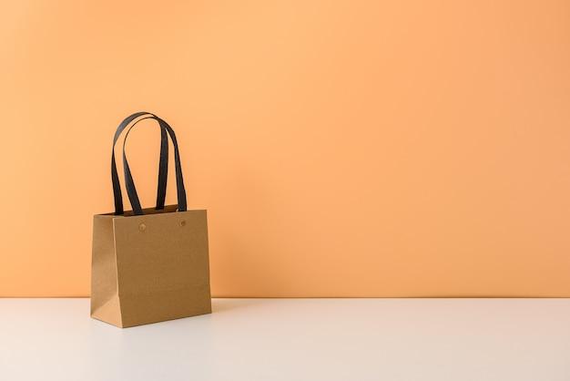 Modell des leeren handwerkspakets oder der einkaufstasche aus braunem papier mit griffen