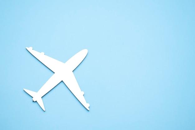 Modell des passagierflugzeugs auf blauem hintergrund