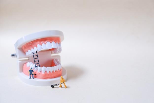 Modell des roboters, der die zähne putzt