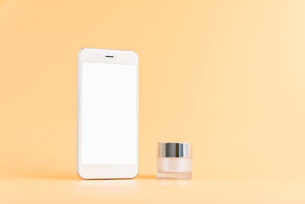 Modell des smartphone-bildschirms, anwendung von kosmetika online. serumflasche, modell der schönheitsproduktmarke.