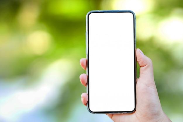 Modell einer hand, die einen leeren bildschirm von smartphone hält