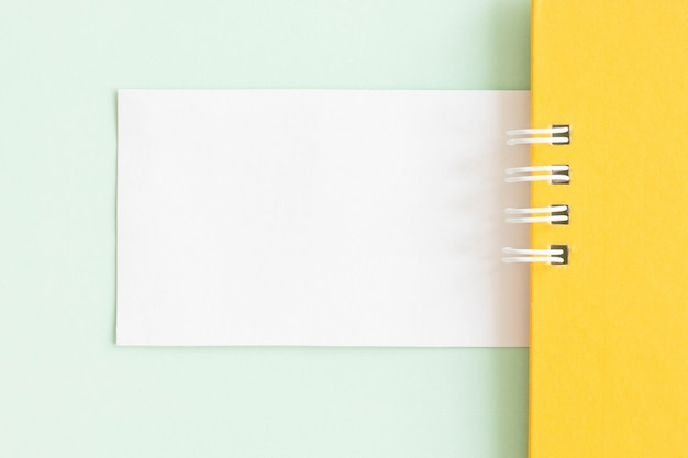 Modell einer weißen papierkarte auf pastellhintergrund, kreatives design für pastelltapete.