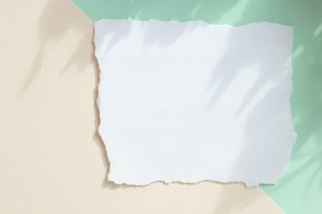 Modell einer weißen papierkarte auf pastellhintergrund