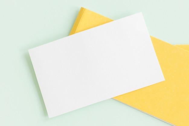 Modell einer weißen papierkarte auf pastellhintergrund,