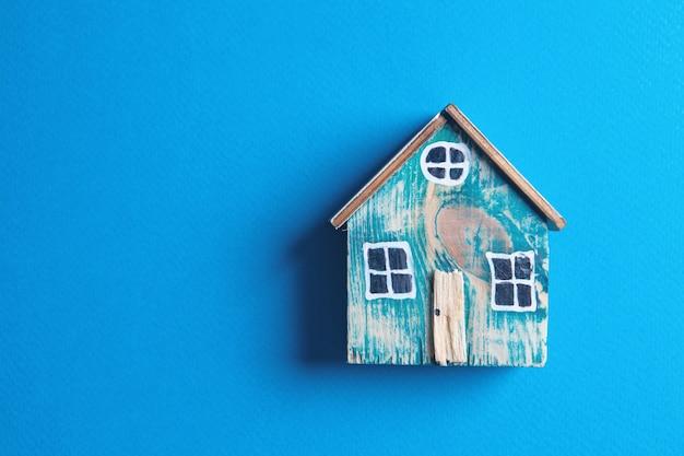 Modell eines kleinen alten blauen hauses