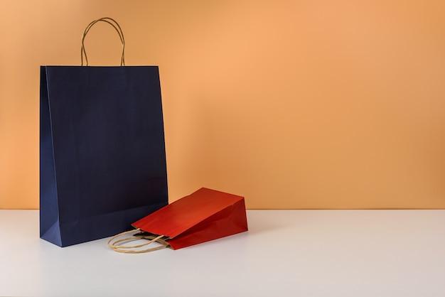 Modell eines leeren bastelpakets oder einer bunten einkaufstasche aus papier mit griffen
