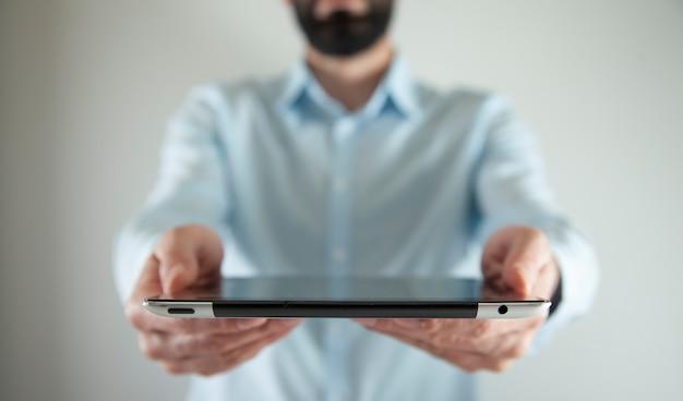 Modell eines mannes, der digitales tablett hält