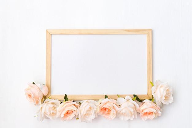 Modell gemacht mit rosa blumen auf weißem hölzernem hintergrund